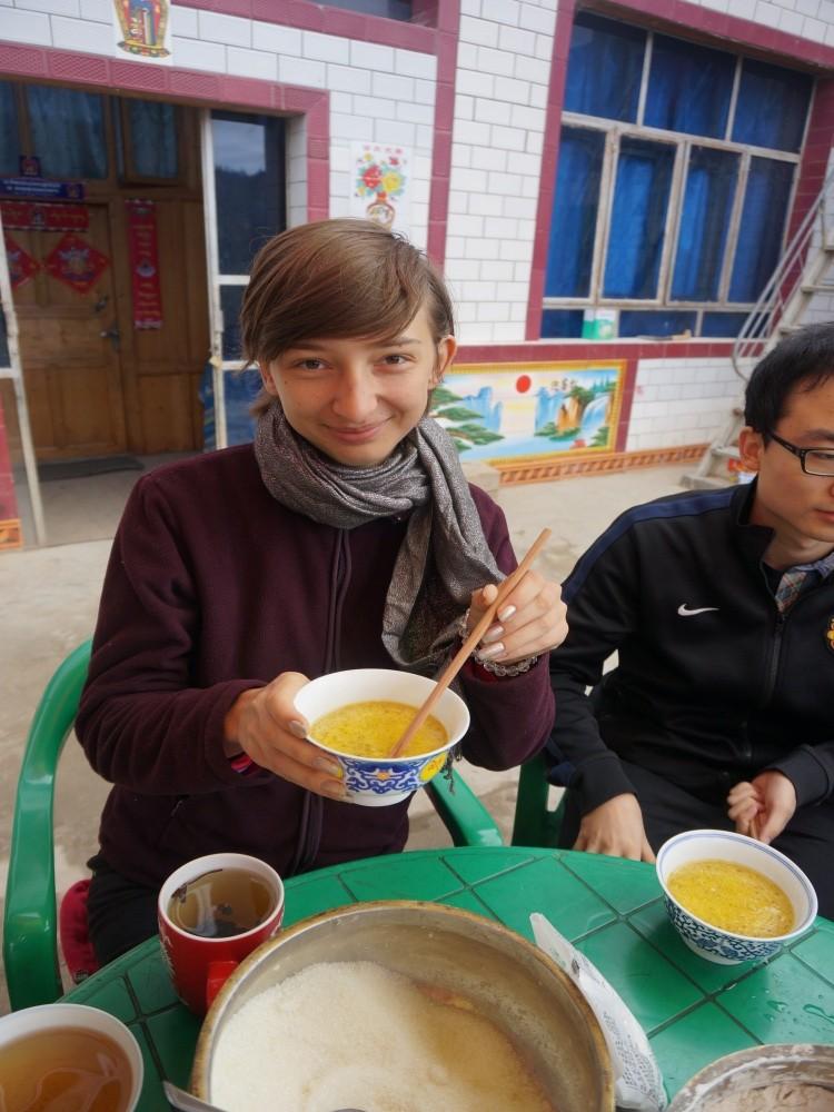 tsampa na śniadanie - pasta z herbaty, masła z jaka  i prażonego jęczmienia