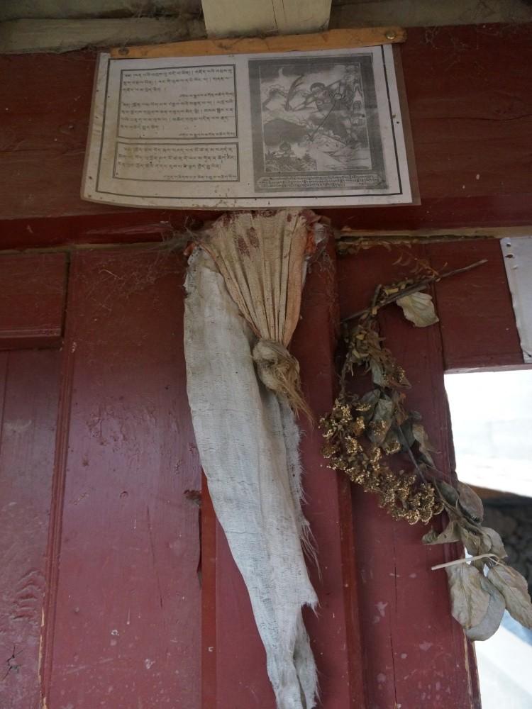 gałązkę tawuły i topoli zatyka się w celach ochronnych w każdą bramę